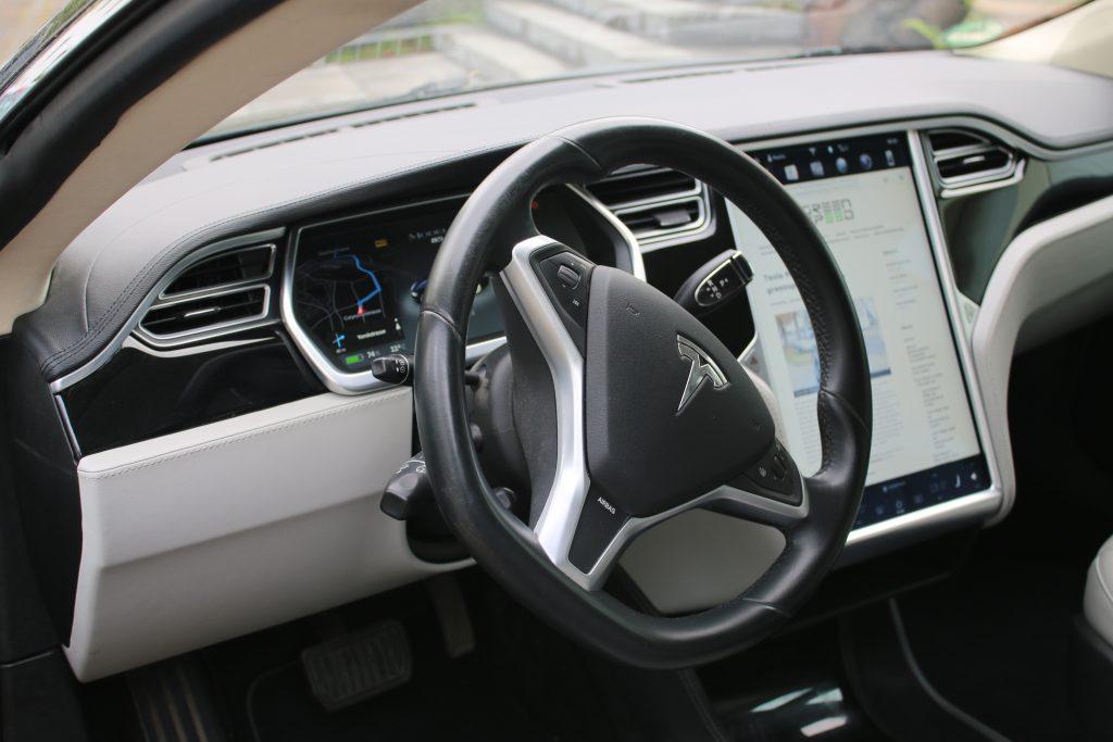 Tesla Lenkrad und Displays